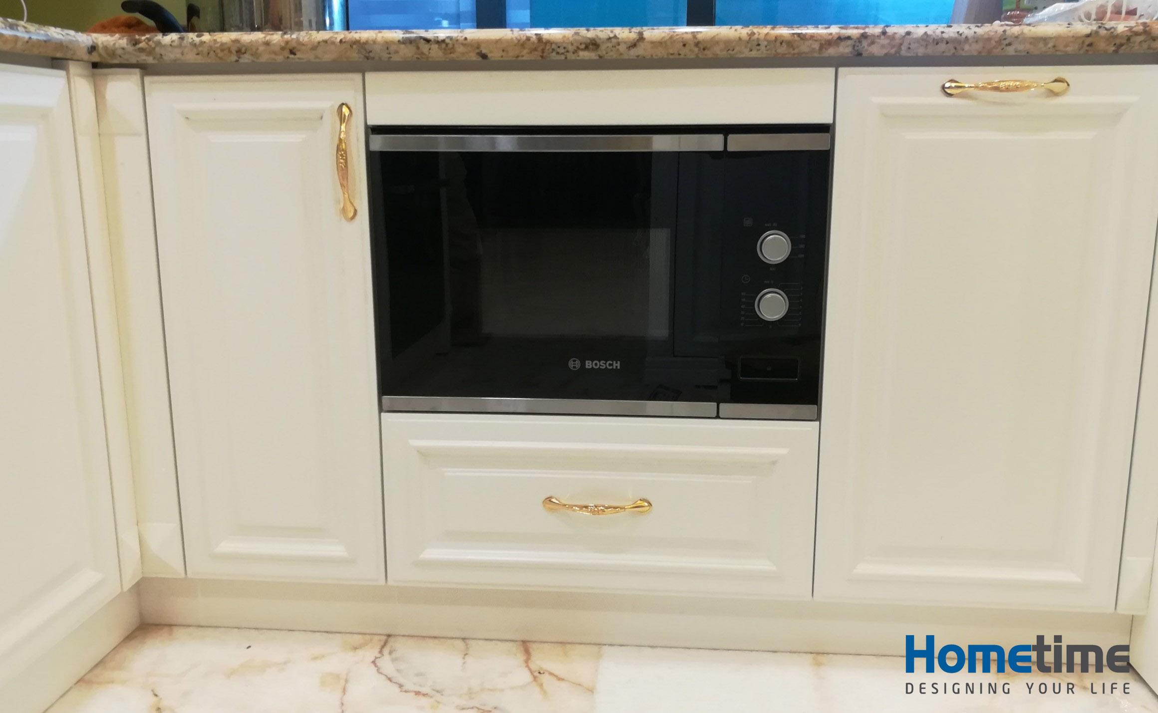 Thiết kế máy hút mùi phía trên bếp nấu và lò vi sóng giúp loại bỏ hoàn toàn mùi dầu mỡ trong quá trình nấu nướng